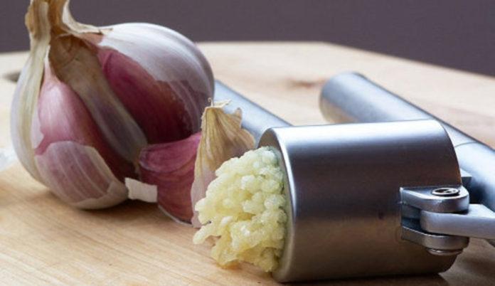 Usturoiul proaspăt zdrobit – Remediul natural și eficient, mai puternic decât pastilele