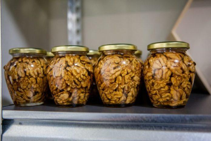 Mierea de albine cu nuci, la borcan – Remediul pentru anemie și durerile de cap