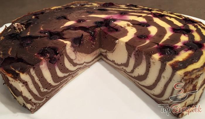 Prăjitura Zebra cu brânză de vaci și vișine – un desert apetisant, fără zahăr și făină