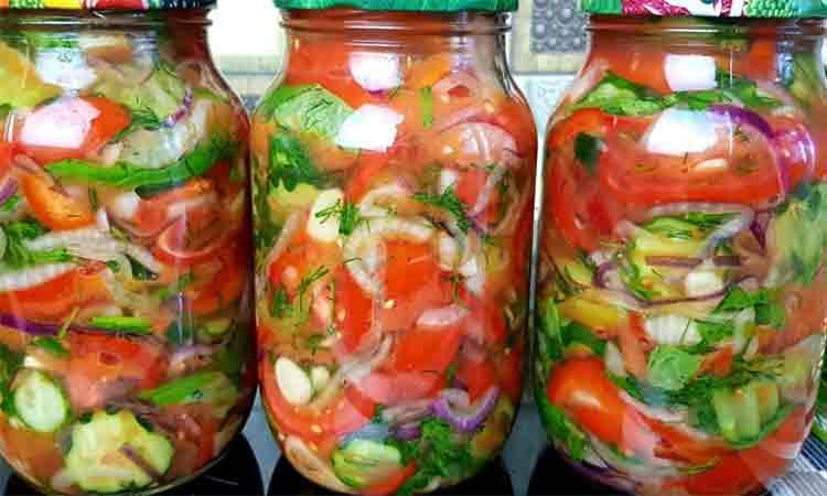 Puneti rosii, castraveti, ardei si ceapa in borcane. Asa obtinem cea mai buna salata pentru iarna