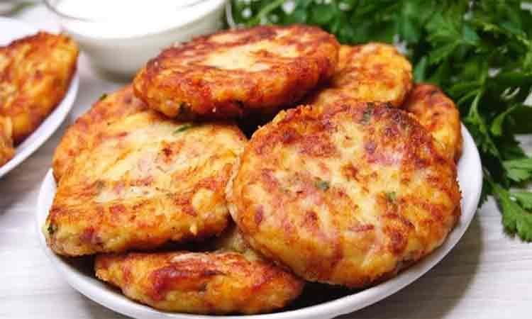 Chiftelute cu cartofi fierti si carnati afumati. Delicioase, intotdeauna se mananca toate