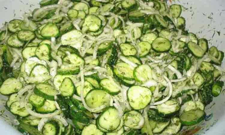 Salata de castraveti pentru iarna. Conservantul din aceasta reteta este usturoiul si otetul