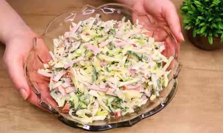 Reteta pentru o salata usoara, de vara. Se pregateste in cateva minute si este perfecta pentru zilele toride